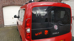 Red Devil plakletters op auto
